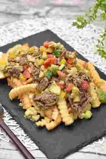 エスニック風味のサルサソースをからませた牛肉のローディッドフライ。おかずにもおつまみにもなりますね。アボカドやパプリカ、トマトなど彩り野菜もたっぷりですので、見た目もきれい。