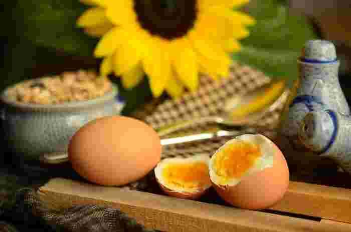 お塩やマヨネーズなど、シンプルな調味料を付けるだけで美味しく食べられる「ゆで卵」。献立やお弁当のおかずに簡単にプラスできる、頼もしいメニューでもありますよね。そんなゆで卵を、もっといろいろなアレンジで味わってみませんか?丸ごと調味料に漬け込んだり、お肉を巻いたり、刻んで和えたりと、幅広いアレンジレシピをご紹介します♪