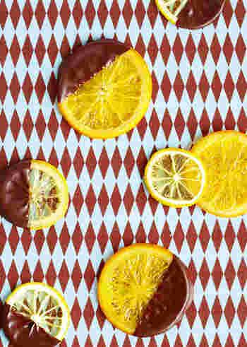 コンフィはほどよく水分が抜けているため、フレッシュフルーツよりも手軽に使えます。特にオレンジはチョコレートとの相性も抜群。チョコレートケーキに飾れば彩りも良く、風味豊かな味わいになります。 オレンジスライスコンフィは製菓材料として購入することもできますし、少し時間はかかりますが手作りもできますよ。
