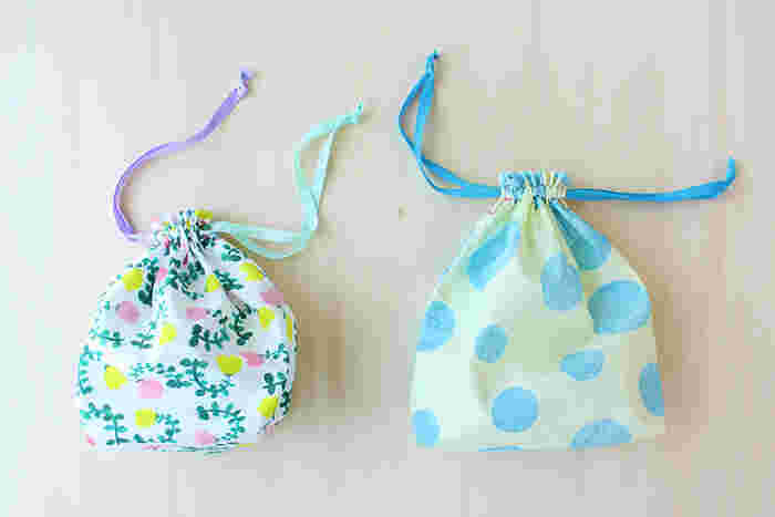 巾着袋も、何かと便利でたくさんあっても困らないアイテムですよね。基本の作り方を覚えれば、さまざまな大きさにアレンジ可能です。