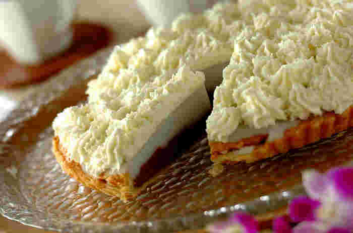 パイ生地にハウピアを流し入れて冷やし固め、ホイップクリームでデコレーションしたハウピアパイ。ひんやりぷるんとした食感が、夏らしさを運んでくれます。