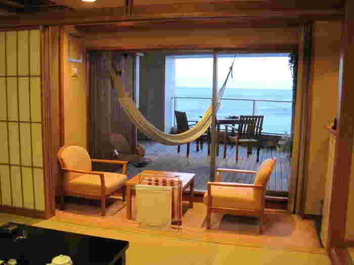 全室オーシャンビューという贅沢なロケーション。部屋のなかから外を眺めても、空と海だけ。まるで船の中にいるような感覚になれます。