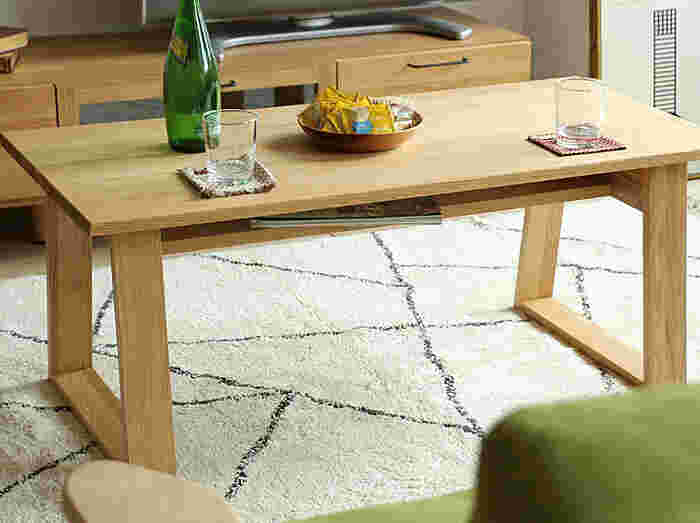 リビングにソファを置いているという方は、やや高さのあるテーブルが役立ちますよね。こちらの「SASH(サシュ)」ならソファに座っても、床に直接座っても、ちょうどいい高さ(42cm)なので、きっと満足いただけるはず。  無垢材を使っているので木の質感が良く、木目の表情もきれい。長く愛用するのにふさわしいテーブルです。