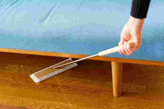 毎日のお掃除は面倒ですが、ルーティーンのなかに組み込んで習慣づけると効率的にお掃除ができて楽です。ホコリやゴミが溜まりがちになるソファの下などもササッとフロアワイプでお掃除しておけば安心♪また、ホコリを舞い上げる心配がないため、小さなお子さんがいるおうちは掃除機より安心して使えますよ。