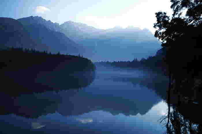 大正池は上高地を代表する観光スポットで、池に写る山々など美しい景色を堪能できますよ。朝早くに着くことができれば、霧がかかる幻想的な景色が見られるかもしれません。