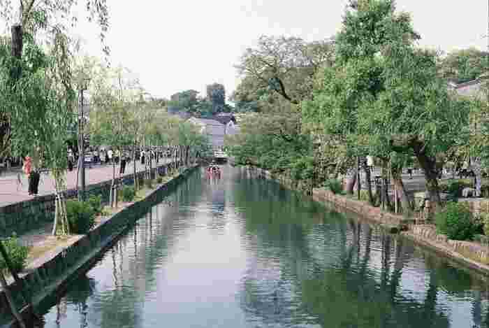 江戸時代に江戸幕府の直轄領であった倉敷。今なお歴史を感じる美しい町並みは、町並保存地区・観光地区として残されており、倉敷川を中心に多くの観光客で賑わっています。