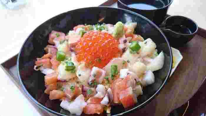 つややかなイクラがトッピングされた海鮮丼は、色合いも鮮やかで食欲をそそります。 お天気の良い日には、心地よいテラス席もおすすめです。