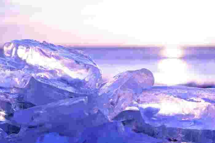 空と海、光と影。凍てついた空気の中、その場にある色すべてが氷の中に閉じ込められたような輝きを放ちます。
