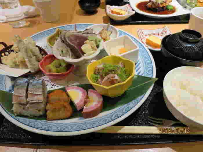 この店の名物《欲張りミニ皿鉢》は、ミニと言えども中身が充実。土佐といえば皿鉢料理。内容は季節毎に替わります。旬の素材を活かした高知ならではの名物です。