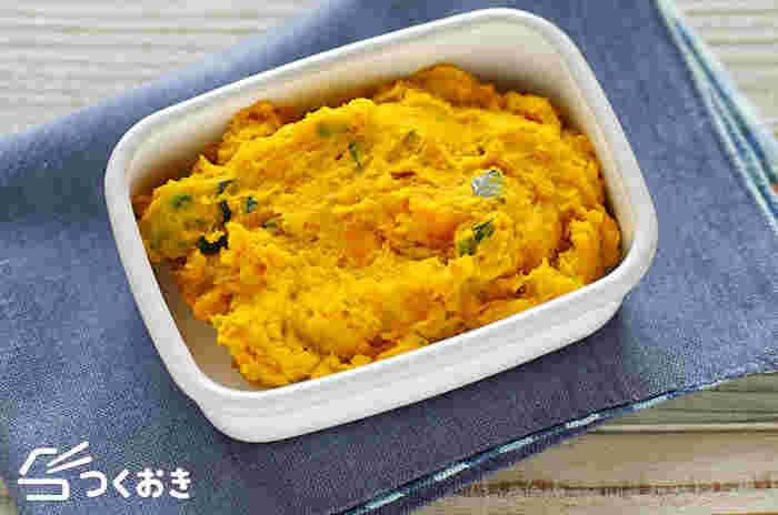 和風風味のかぼちゃのマッシュサラダ。かぼちゃの自然な甘みと、おかかの風味が美味しい一品。汁気が無いので、お弁当にぴったり!美しいかぼちゃの黄色が、お弁当をパッと華やかにしてくれます。ちょっとした小鉢にもぴったりなので、晩ごはんの一品にもおすすめです。