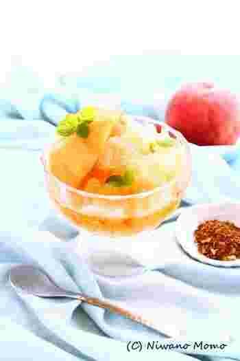 こちらは暑い日にぴったりのひんやりデザートです。複雑そうですが、手順はシンプルなので簡単にできますよ。ルイボスティーに白ワインや砂糖を加えたシロップを作り、そのシロップで桃を煮るのがポイント。あとは凍らせるだけ。ミントも一緒に凍らせますが、飾り用をとっておくのをお忘れなく♪