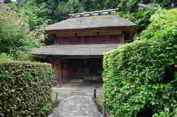 千利休が完成させたことで有名な「侘び茶」ですが、その発祥は実は奈良。 この慈光院は寺院でありながら、境内全体が茶席であるという考えのもとに造られています。そのため、建物はもちろん、門や建物までの道、庭園など全てが茶の湯のための演出となっています。