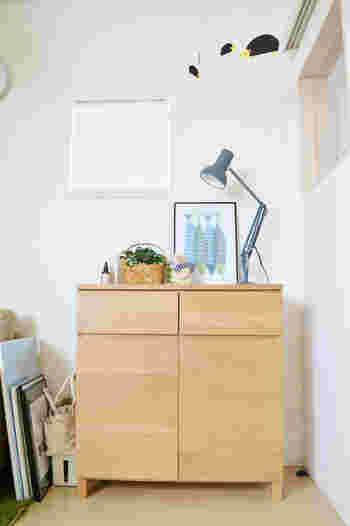 シンプル&ナチュラルなデザインがお部屋に溶け込み、スッキリとした空間を作っています。上に載っている雑貨や観葉植物、照明器具の色味も統一されていておしゃれですよね。こういったシンプルなリビングボードを使われる方は多いと思うので、こちらのコーディネートを是非参考にしてみてください。