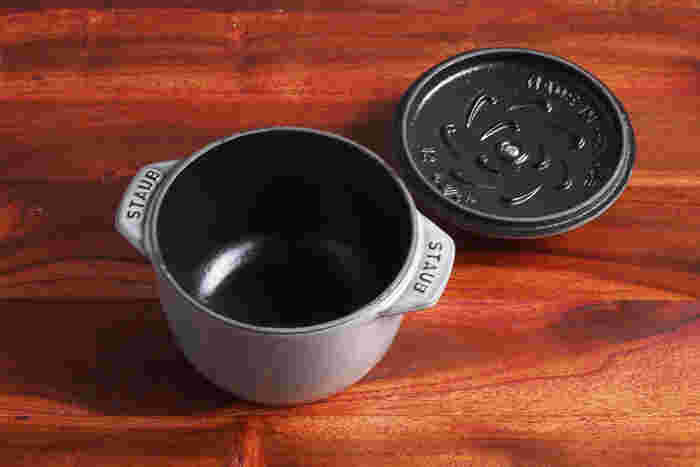 IHコンロで使いたいなら、鋳鉄製の厚鍋をセレクト。直径12cmのストウブのココットならサイズや蓄熱性はもちろん、ころんとしたかわいいフォルムが食卓をおしゃれな雰囲気に。