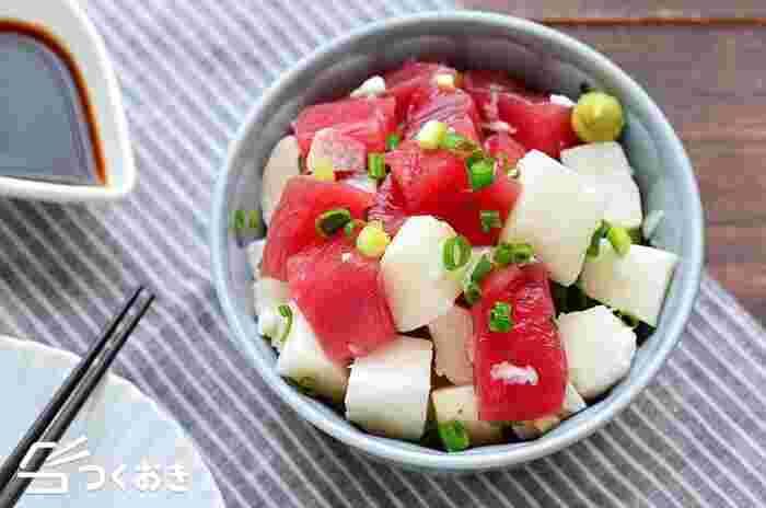 まぐろと長いもを和えるだけの簡単レシピ。まぐろは赤身で筋が少ない部位がおすすめ!ちょっと贅沢なおつまみとしていかがですか。余ったら丼ぶりにして食べるのも◎