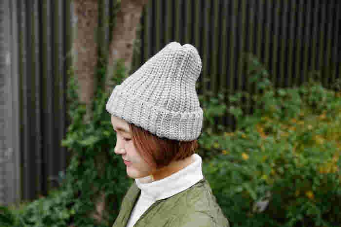 折り返しのリブ編みはざっくりとしたローゲージニットで、スタイルを選ばずに合わせることができます。長年使い続けられるシンプルなデザインで、男女問わず着用できるから、夫婦やカップルでペアにしても◎。