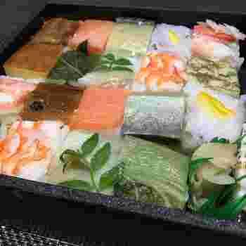 おすすめは「浪花寿司」。10種類の異なるネタがのった色とりどりの押し寿司がきっちり詰められていて、まるで宝石箱のよう。魚介だけでなく、千枚漬けのお寿司などもあり抜群の華やかさ。