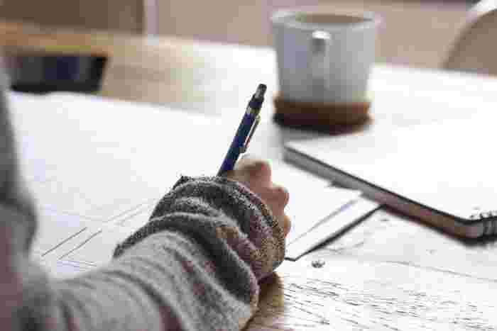 勉強に使う道具といえば教科書とノート。でも机に向かって本ばかり読んでいる勉強では楽しくない…そんな時にオススメなのが、映画を観て楽しみながら英語を勉強する方法。  勉強をすると心構えなくても、ちょっとしたポイントにさえ気をつけて観れば、楽しみながら英語を学ぶことができますよ。