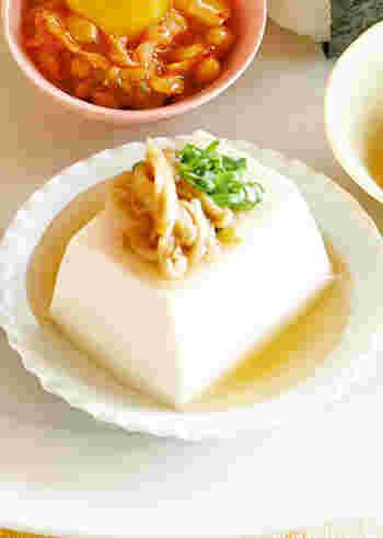 食卓にもう1品欲しいときに、出汁があれば手軽にできるのがこちらの湯豆腐。豆腐の上にきざみ海苔やいりごまをのせても!