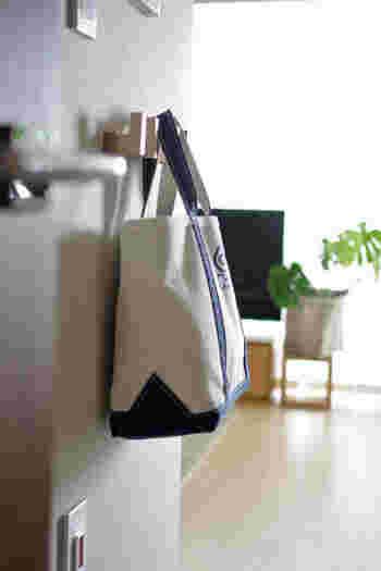 大人用の普段使いのバッグの収納もフックに吊り下げて収納。動線を考えて、帰ってきたら必ず通る場所のリビングの扉をあけてすぐの壁に取り付けてあるそうです。