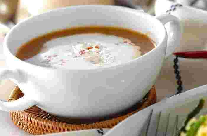 牛ひき肉、ニンジン、玉ねぎを炒めて、水煮のトマト缶、小麦粉などスープの材料と合わせてミキサーにかけて作るまろやかで栄養たっぷりの満足スープ。パスタを加え、スープパスタ風にすればランチや軽めの夕食にも◎。