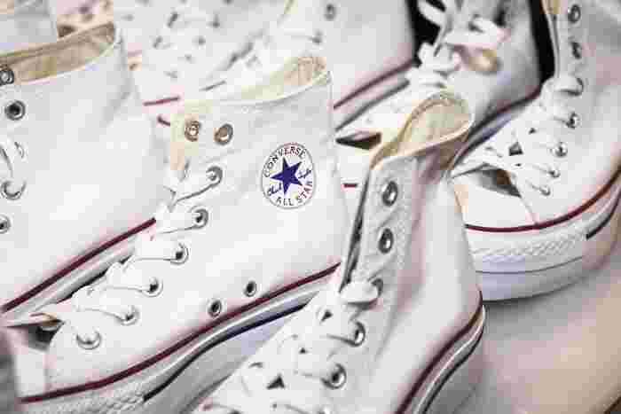 いつもはいているスニーカー、ちょっと飽きてきたな・・・と思ったら、紐の結び方を変えてみない?結び方ひとつで靴の表情が新鮮に見えて、リフレッシュされますよ。靴ひもの結び方を20種類も教えてくれているサイトをご紹介。気になった結び方を試してみよう。
