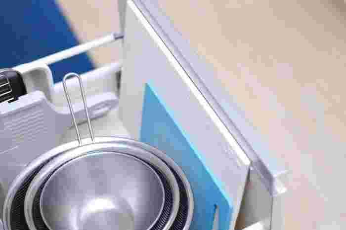 こちらのブロガーさんは、シンク下の引き出すタイプの収納棚にIN。ザルやボウルなど、調理器具はあらかじめ置き場所を決めておくと、お料理もよりスムーズで快適に!