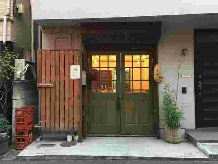"""千駄木駅を降りて不忍通りから路地に入ったところにある「和菓子薫風」は、""""和菓子と日本酒のマリアージュ""""がコンセプトの新しい和菓子店。ちょっと珍しい知る人ぞ知る名店の味を、こだわり派の方へ選んでみませんか?"""