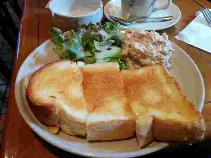 こちらはツナトースト。ツナとシャキシャキした歯ごたえのオニオン、レタスを好きなだけパンに乗せて召し上がれ♪