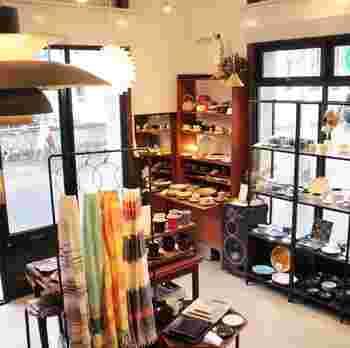 毎月開催されているという作家の個展などのイベントを楽しみにしている人も多い。 そして、年に数回の北欧への買い付けの度に目新しい新鮮なアイテムが充実。 作品の特徴など、店主がしっかりと伝えてくれるのも頼もしい。 夏のイベント情報としては、2018年7月5日~17日までsorte glass 関野亮、ゆうこさんの「ガラスの器、ジュエリー展」を開催予定。 8月2日~8月14日まで6月に北欧で買い付けたヴィンテージ食器、雑貨を並べる「antik market」を開催予定。