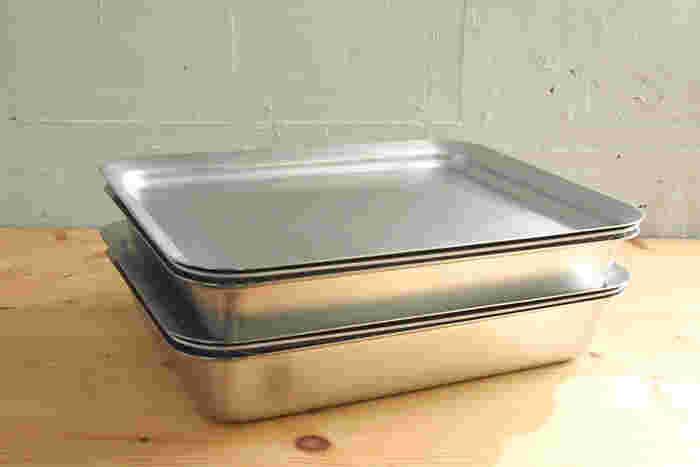 丸ボウルと同じように、 角プレートを上にのせれば フタになります。  食材を入れたまま重ねて置いて、 冷蔵庫に保管できるのがうれしい。