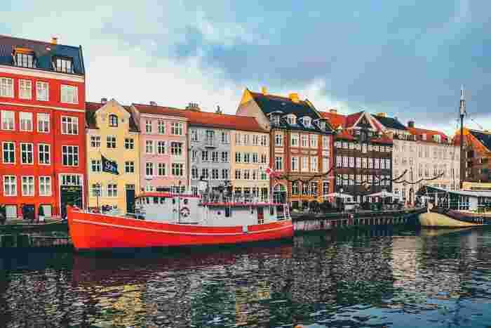 デンマークは世界幸福度調査で2012年、2013年、2016年と第1位にランクインしています。2017年はノルウェーに次ぐ2位で、日本は51位という結果。 ほとんどの国民が今とても幸せだと感じているなんて凄いですよね。  ※世界幸福度調査は、国連により2012年から毎年3月20日に150以上の国や地域を対象に行われ、世界幸福度報告書としてランキングが発表されます。