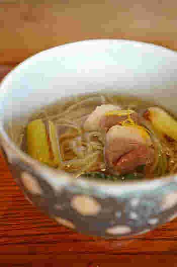 温かいお蕎麦では焼き葱と鴨を載せた『鴨南(かもなん)』が。途中から辛めの薬味を加え、あらたな風味との出会いを楽しんでも。