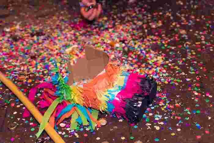 ピニャータの中は、飴やチョコレートなどのお菓子! そう、ピニャータはたくさんのお菓子入りのくす玉なのです。吊るしたピニャータを、子どもたちが順番に棒で叩きます。箱が壊れてお菓子が飛び散ると、子どもたちがワーッと一斉に駆け寄り、パーティーがより一層盛り上がります♪