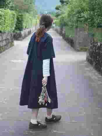 ゆったりワンピースに茶色のサボを合わせたコーディネート。半袖ワンピースから覗いたカットソーやソックスを白でまとめ、爽やかに仕上げています。濃いめのブラウンのサボは、どんな服にも合うので、春夏シーズンも使いやすさ抜群です。