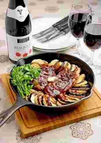 赤味噌をたっぷりと使って、バターをトップに飾った旨みの強いひと品です。スライスされた秋野菜が華やかです。