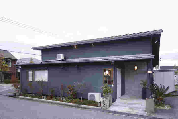 北陸鉄道石川線四十万(しじま)駅から徒歩約10分のところにある「FUNTABLE(ファンタブル)」は、グレーの外観が印象的な一軒家レストラン。