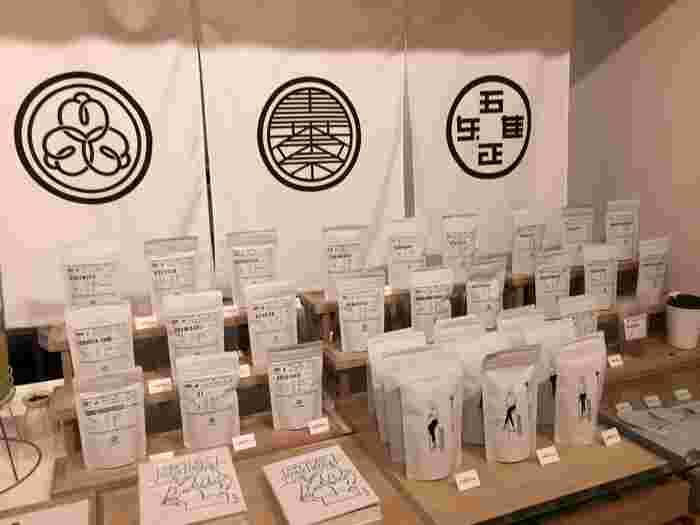先ほどご紹介したイラストレーター・長場雄さんがデザインした茶葉のパッケージ。キッチンに置いておいてもステキで、いろんな種類がほしくなります。