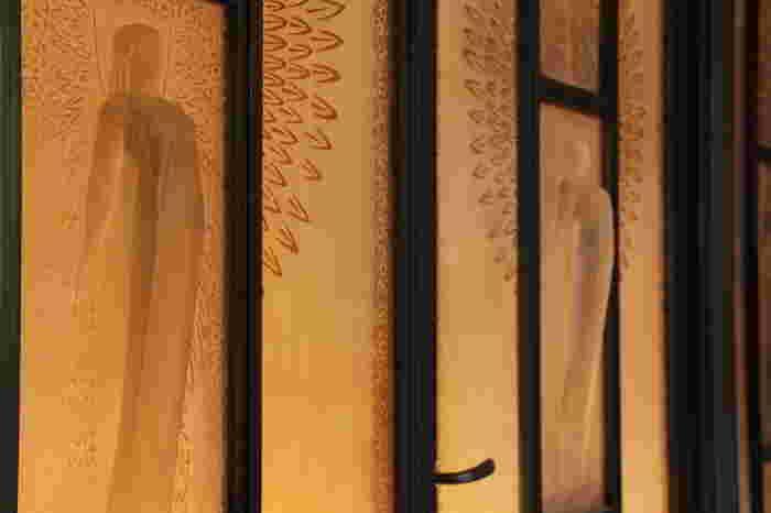 玄関には、ルネ・ラリックによるガラスレリーフがはめ込まれた扉が。美しい女神像が、繊細なラインでレリーフされています。