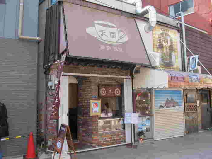 人力車も目の前を通る観光エリアにあります。2005年に開店し、あっという間に大人気に!こじんまりとしたお店はいつでも美味しい笑顔で溢れています。