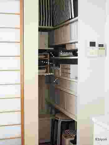 キッチンをすっきりと保つなら、あると便利なのが「パントリー」。とにかく大容量のキッチン収納が欲しい、という方に人気の食材庫です。