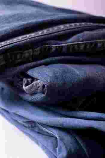 デニムが作業着だった時代には綿100%が一般的でしたが、最近では素材も多様化し、シルクやレーヨン、麻が混ざったものなど、一言でデニムと言ってもアイテムによって素材はそれぞれ違う様になりました。