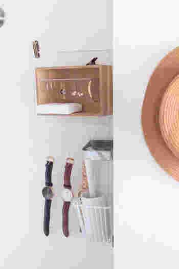 """お家の中の様々な場所に使える""""引っ掛け収納""""は、「クローゼット」の小物収納にもおすすめです。こちらは100円SHOPのワイヤーネットと専用フックに、木箱を組み合わせた素敵な壁面収納。バラバラになりがちなアクセサリー類や腕時計などを、スッキリと使いやすく収納できます。詳しい材料と作り方は、以下のリンク先のページを参考にしてくださいね。"""