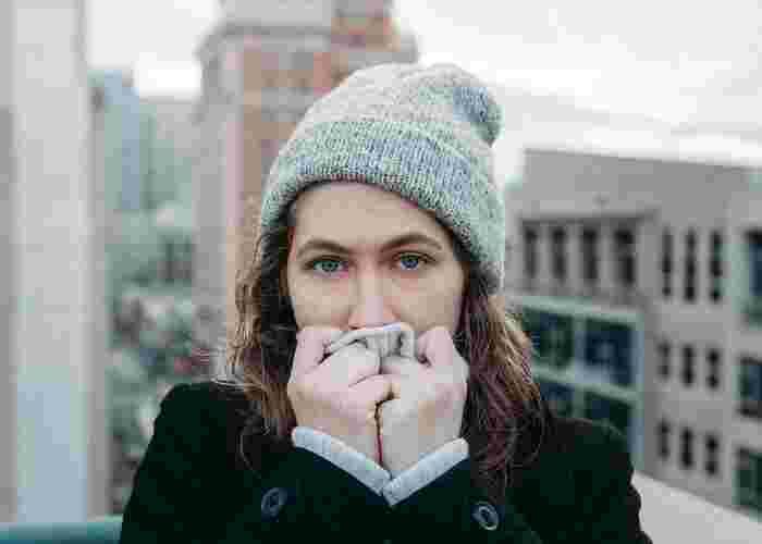 くしゃみや咳をした時に、唾液が作品に付いてしまうと劣化の原因になってしまいます。また、大きな音での突然のくしゃみにびっくりして不快感を感じるという方もいらっしゃいます。飛沫予防のためにマスクをしたり、ハンカチで口を押さえるなどして、エチケットを心がけるようにしましょう。
