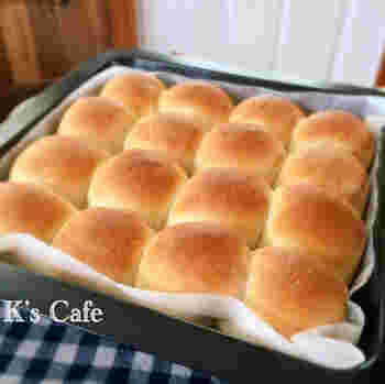 牛乳を生地に練り込んだちぎりパンは、ほんのり甘くて柔らか&しっとり。ポイントは、バターを入れてからも良く捏ねること。そうすることで、キメ細やかな伸びのいい生地に仕上がるそうです。