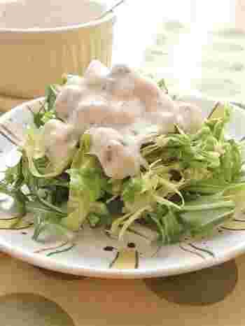 砂糖の代わりにバナナで甘みを加えたドレッシング。葉もの野菜のサラダも、あっという間にフルーツサラダに早変わり。野菜嫌いなお子様も、これなら喜んで食べてくれそうですね。
