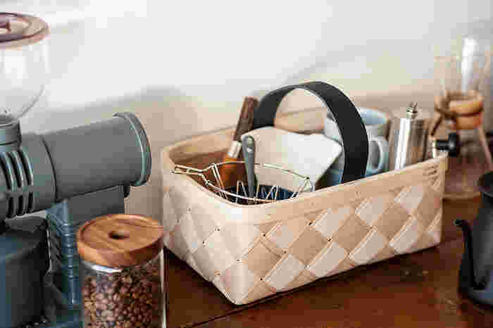 長方形のバスケット「マッシュルーム」は、コーヒーやお茶セットの収納ケースにも◎。白樺のナチュラルな風合いが、お部屋を温かい雰囲気にしてくれます。