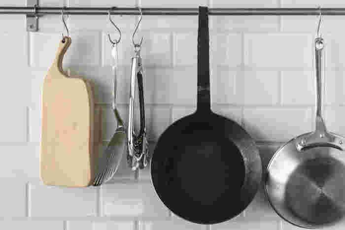持ち手は、棚の引き出しや、キッチンの取っ手など、どこでもぶら下げられるようにデザインされています。