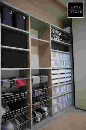 ワイヤーバスケットは左右に分けて、子どもたちの衣類を収納しています。その上に入っている黒いカゴは一度着たけれど、まだ洗濯はしない衣類を一時的に保管するために使っています。パジャマや室内着などもきちんと保管場所を作ってあげると、部屋が散らかりません。