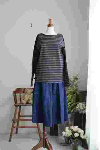普段ならデニムでつくっていたマリンスタイルを、ブルーのカラースカートで再構築。ワントーンでまとめれば、今っぽさも上々です。
